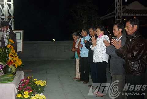 Từ tờ mờ sáng 3/2, người dân đã đổ về khu mộ của ông Nguyễn Bá Thanh để viếng nhân ngày giỗ đầu của ông.