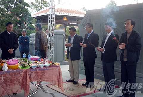 Sáng cùng ngày, lãnh đạo TP Đà Nẵng cũng đến viếng mộ ông Nguyễn Bá Thanh