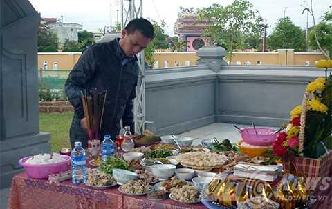 Anh Nguyễn Bá Cảnh lặng lẽ bên mộ người cha đáng kính