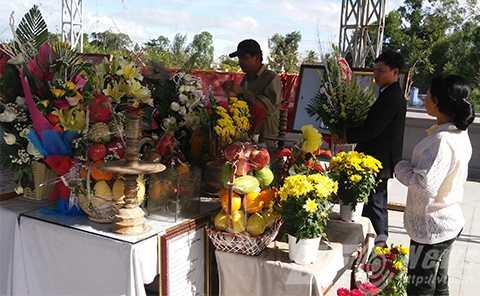Người dân liên tục đến dâng hương viếng ông Nguyễn Bá Thanh