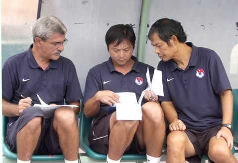 Lê Huỳnh Đức (giữa) khi còn là trợ lý cho HLV Calisto