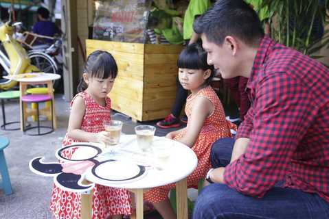 Hai cô công chúa nhỏ của Bình Minh rất hiếu động và đáng yêu.