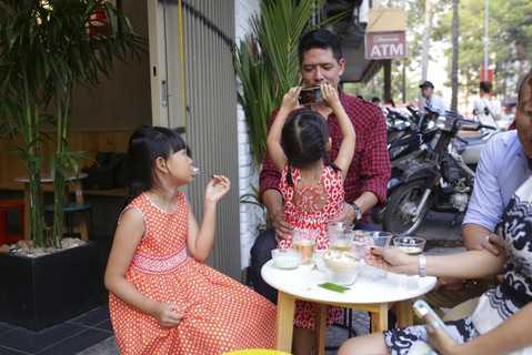Cô công chúa nhỏ nhõng nhẽo trong vòng tay của Bình Minh