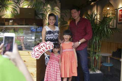 Bình Minh và gia đình nhở ra xe lên đường về nhà