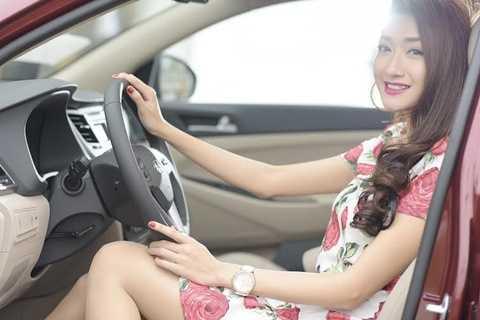 Xe được trang bị những option hiện đại: cửa sổ ứng dụng cảm biến chống kẹt, gương chiếu hậu chỉnh điện, đèn chiếu sáng tự động, lazang 18 inch hợp kim tạo hình chữ Y 5 chấu.