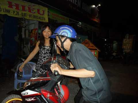 Chị Minh Thúy đang hướng dẫn khách đưa xe vào nhà_Ảnh: NGUYỄN TRÀ