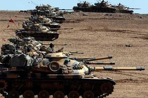 Xe tăng Thổ Nhĩ Kỳ áp sát biên giới với Syria