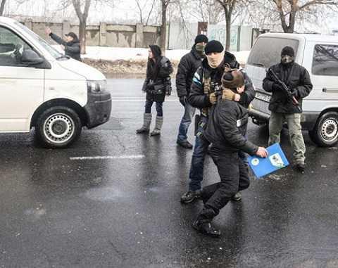 Lực lượng đặc nhiệm thuộc Cơ quan An ninh Ukraine bắt giữ người Việt ở khu dân cư Làng Sen, Odessa hôm 28/1/2016