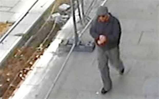 Hình ảnh tên cướp ngân hàng Halifax hôm 22/10/2011 từ một camera giám sát trên phố trước khi hắn thực hiện vụ cướp. Ảnh: Telegraph.