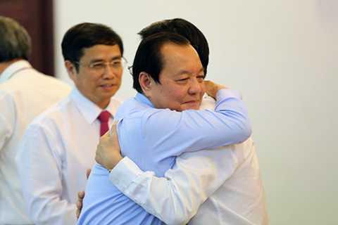 Ông Lê Thanh Hải ôm chặt ông Võ Văn Thưởng - Ảnh: Độc Lập