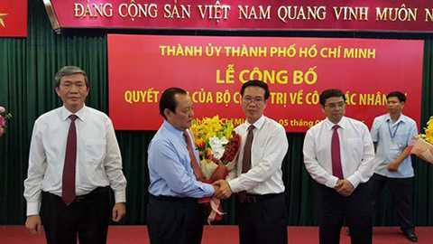 Ông Lê Thanh Hải và ông Võ Văn Thưởng (giữa) tại buổi công bố quyết định của Bộ Chính trị - Ảnh: Độc Lập