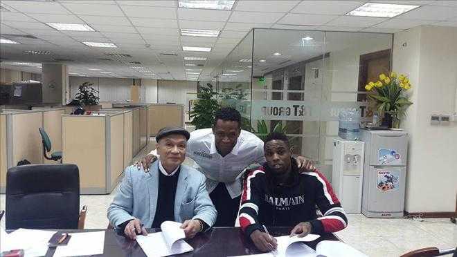 Chủ tịch Nguyễn Giang Đông kí hợp đồng với Maurice