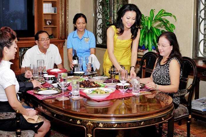 Phòng ăn lớn, đồ đạc trong phòng đều đắt đỏ.