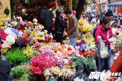 Những cửa hàng hoa lụa trên đường Hàng Rươi, Hoàn Kiếm, Hà Nội những ngày này đông đúc khách ra vào chọn mua hoa lụa.