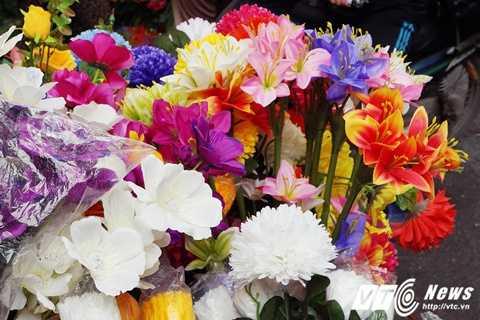 Có hàng ngàn loại hoa ở đây, với đủ các thể loại màu sắc, kích cỡ và trông hề khác biệt so với hoa thật.
