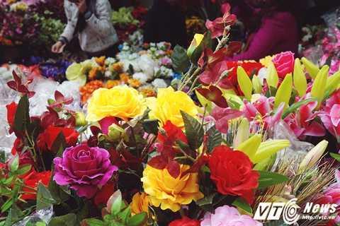Những bông hoa rực rỡ, tươi tắn nhìn từ xa sẽ không ai nghĩ chúng lại được làm từ lụa.