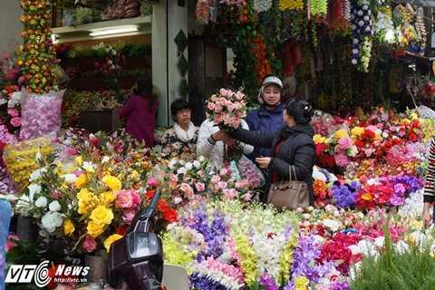 Nhiều người chọn loại hoa hồng - một loại hoa đẹp và truyền thống để bày ban thờ trong những ngày Tết.