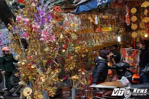 Bên cạnh hoa lụa, các loại cành vàng lá ngọc cũng được người dân rất ưa chuộng để mua về bày ban thờ.