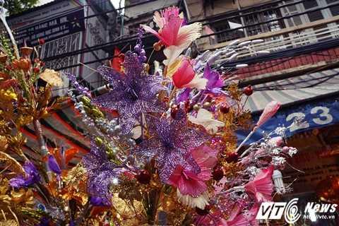 Cành vàng lá ngọc tượng trưng cho sự thịnh vượng, tài lộc lại nhìn rất đẹp mắt, sang trọng, mỗi một bộ lớn gồm hoa, cành, lá, lộc, nụ... có giá dao động từ 250.000 - 500.000 đồng/bộ