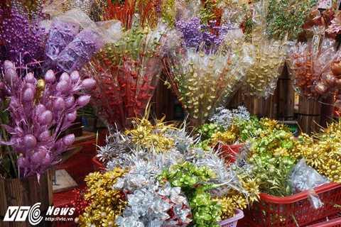 Năm nay vì thời tiết quá lạnh nên nhiều người cũng có xu hướng chọn mua hoa giả về bày ban thờ Tết, vừa đẹp lại vừa giữ được lâu bên.