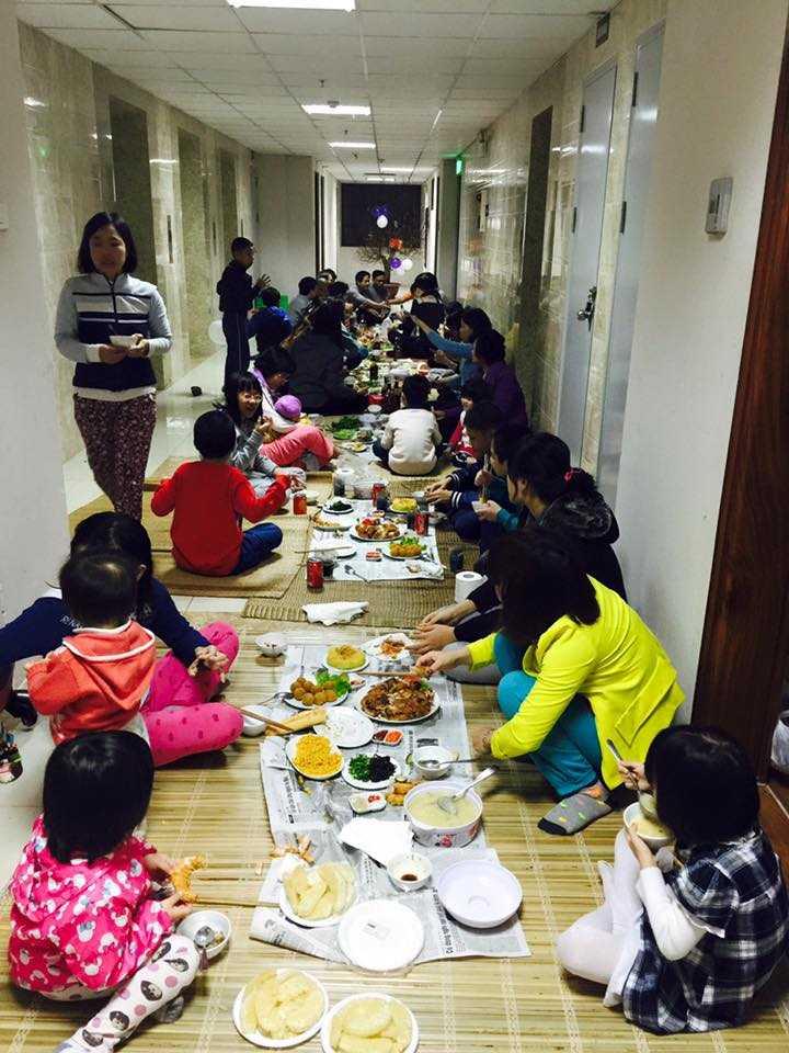 Một chung cư ở Thanh Xuân cũng tổ chức bày tiệc tất niên