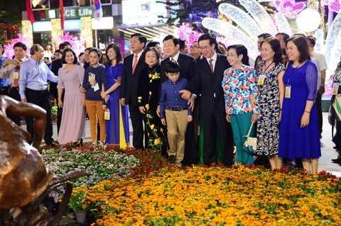 Lãnh đạo Đảng, Nhà nước và TP.HCM xem các tiểu cảnh tại đường hoa - Ảnh: Tuổi trẻ