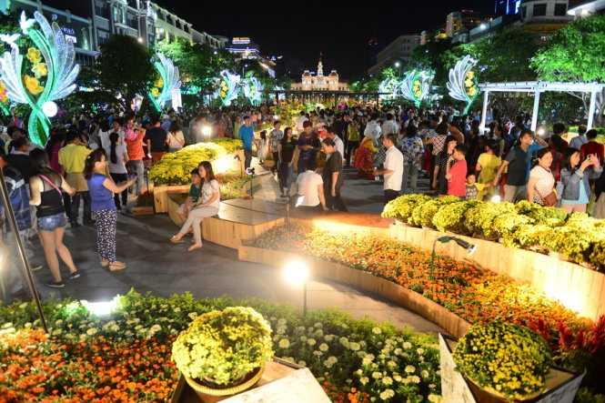Đường hoa Nguyễn Huệ 2016 thu hút sự chú ý của nhiều người dân Sài Gòn và các vùng lân cận (ảnh: Quang Định)