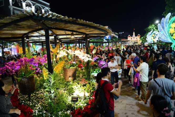 Hàng ngàn người dân đã tập trung về đường hoa Nguyễn Huệ đêm khai mạc (ảnh: Quang Định)