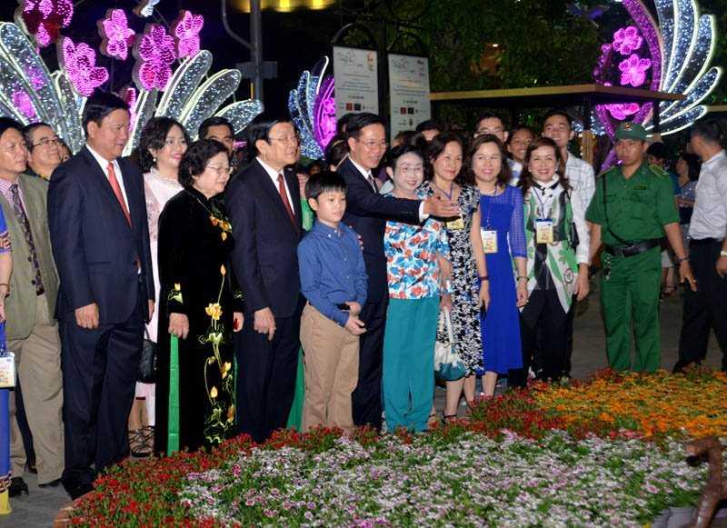 Tân Trưởng Ban Tuyên giáo TƯ Võ Văn Thưởng đang giới thiệu những mẫu thiết kế đặc sắc của đường hoa Nguyễn Huệ năm nay