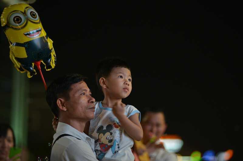 Các ông bố, bà mẹ dắt con đi chơi ngày khai mạc đường hoa Nguyễn Huệ