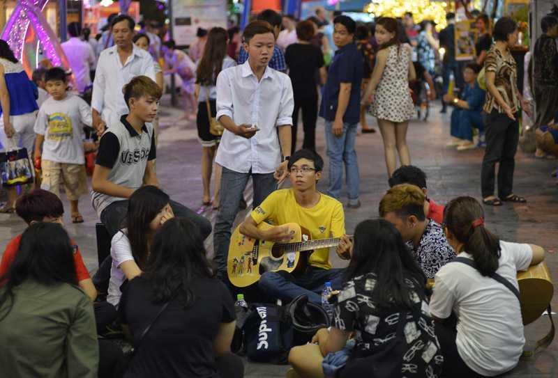 Các bạn trẻ tụ tập ca hát trên phố