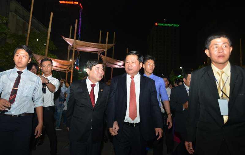 Bí thư Thành ủy Đinh La Thăng và Chủ tịch UBND TP.HCM Nguyễn Thành Phong vui vẻ cùng nhau thăm quan đường hoa