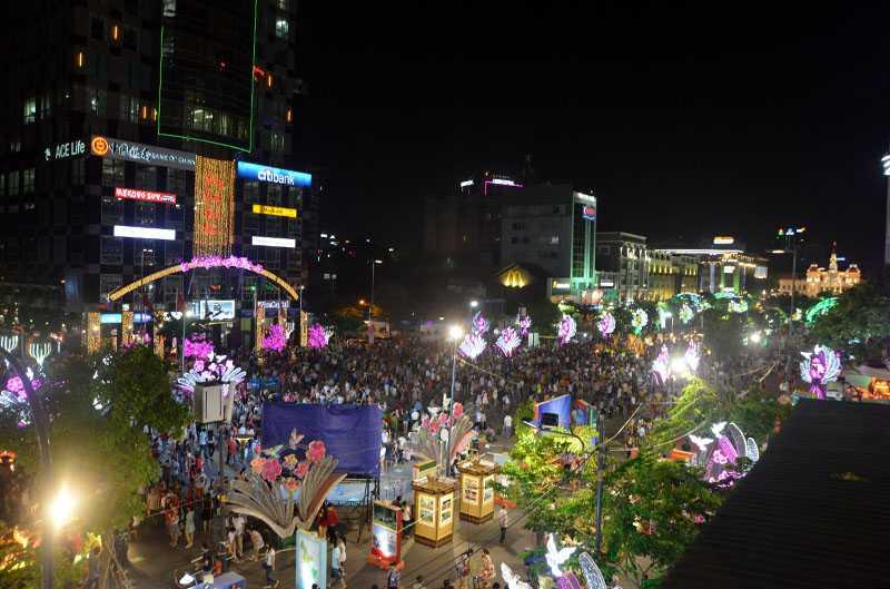 Buổi tối khai mạc có hàng nghìn người đến tham quan đường hoa Nguyễn Huệ