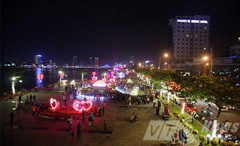 Đường phố Đà Nẵng rực rỡ đêm giao thừa
