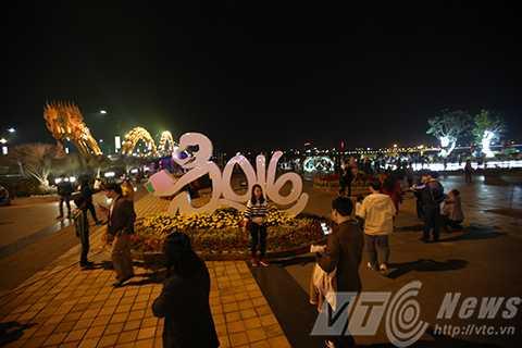 Từ rất sớm, người dân đã tụ hội về công viên phía Tây cầu Rồng để du xuân