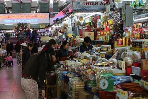 Dù đã là ngày cuối năm, nhưng bánh mứt bày bán tại chợ Hàn vẫn còn khá nhiều