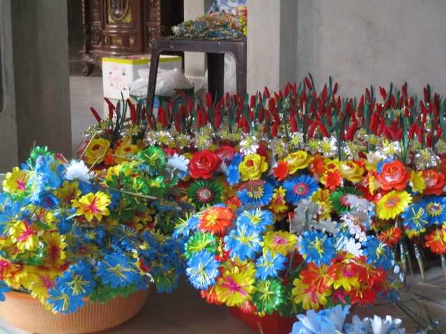 Để cho ra những bông hoa giấy đẹp cần trải qua nhiều công đoạn dưới bàn tay của người thợ lành nghề.