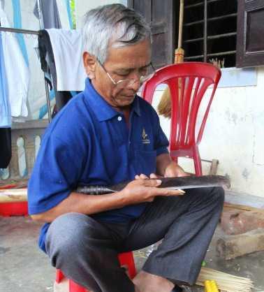 Ngay từ tháng 10 âm lịch dân làng Thanh Tiên đã bắt đầu phơi và vót tre làm hoa giấy.