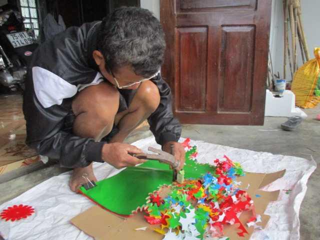 Người thợ Thanh Tiên cần mẫn ngồi đục hoa.
