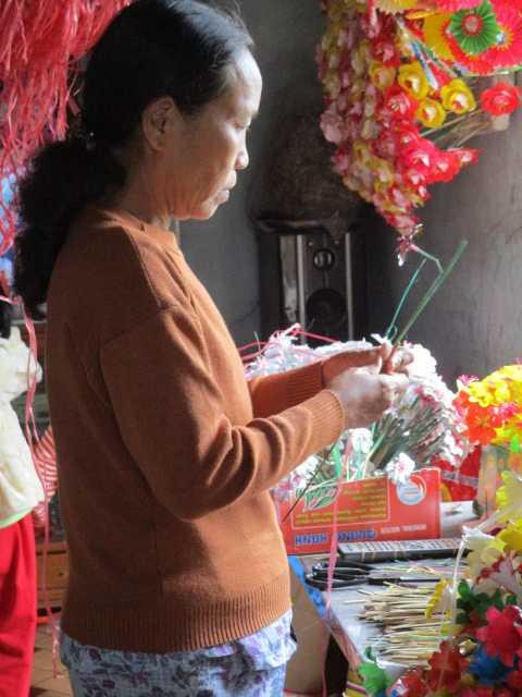 Bà Nguyễn Thị Thanh Tâm (vợ ông Hóa) tiến hành ghép hoa.
