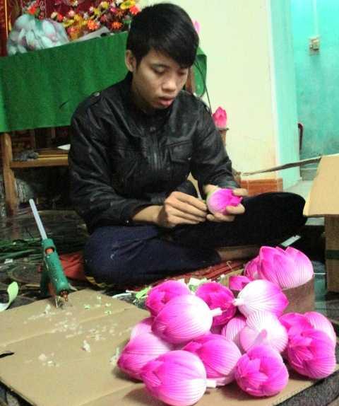 Việc thế hệ trẻ như Thân Thanh Lâm bắt đầu ý thực được về việc giữ nghề truyền thống sẽ góp phần giúp hoa giấy Thanh Tiên không mai một.