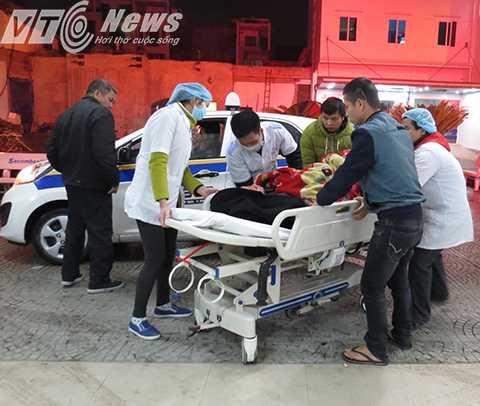 Nhân viên điều dưỡng tiếp nhận bệnh nhân vào cấp cứu - Ảnh MK