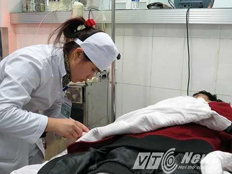 Nửa đêm, nữ bác sỹ này vẫn tận tình, ân cần chăm sóc bệnh nhân nặng tại phòng cấp cứu khẩn cấp