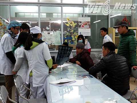 Bác sỹ và kíp trực tư vấn cho người nhà bệnh nhân về trường hợp bị thương nặng cần phải phẫu thuật não gấp