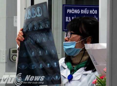 Bác sỹ chẩn đoán hình ảnh tại phòng cấp cứu khẩn cấp