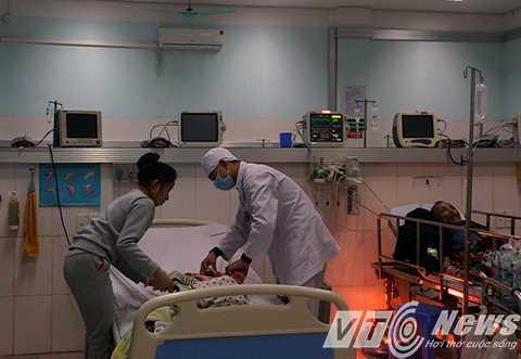 Người mẹ trẻ hốt hoảng bế đứa bé trên tay chạy vào Khoa cầu cứu do cháu bé bị sốt cao, co giật, bất tỉnh - Ảnh MK
