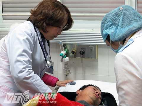 Bác sỹ Nguyễn Thu Thủy (bên trái) thăm khám cho bệnh nhân được chuyển đến cấp cứu trong đêm