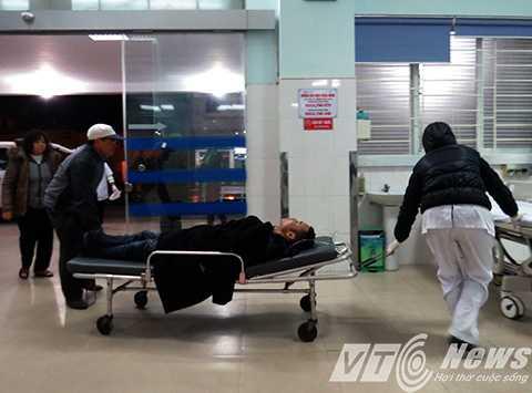 Nhân viên điều dưỡng đẩy xe tiếp nhận bệnh nhân bị TNGT vào Khoa cấp cứu