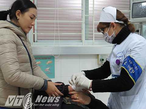 Băng bó vết thương cho bệnh nhân bị tai nạn lao động