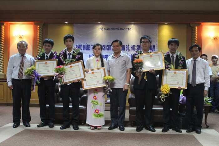 Cả 5 thí sinh tham dự kỳ thi Olympic Vật lý Quốc tế đều giành giải thưởng.